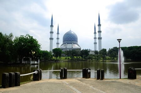 shah: The Sultan Salahuddin Abdul Aziz Shah Mosque is the state mosque of Selangor, at Shah Alam, Malaysia