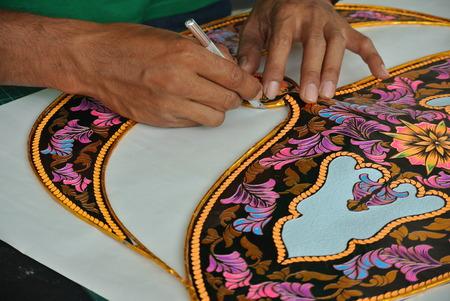 Selangor, Maleisië 6 september 2015: De Maleise vlieger maker werkt aan een vlieger in zijn atelier. De traditionele vlieger werd Wau genoemd in het Maleis