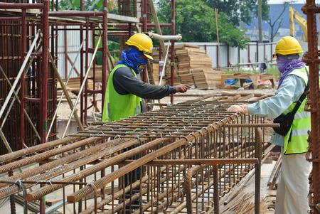 Bauarbeiter Stahlbewehrungsstab auf der Baustelle Herstellung