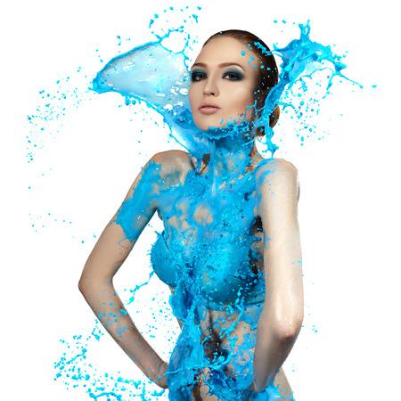 Sensuele vrouw en grote verf golven. Blauwe splash. Stockfoto