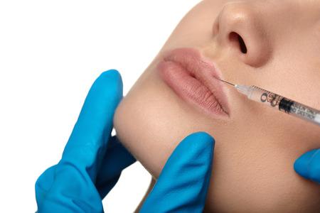 sch�ne frauen: Portr�t der jungen Frau, die Kosmetik-Injektion von Botox, isoliert �ber wei�em Hintergrund.