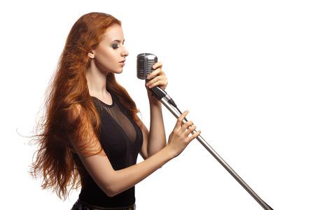 Zingende Vrouw met retro microfoon. Beauty Singer Girl. Stockfoto