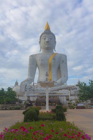 respectful: Buddha idol worship in Thai temple be respectful of many people.