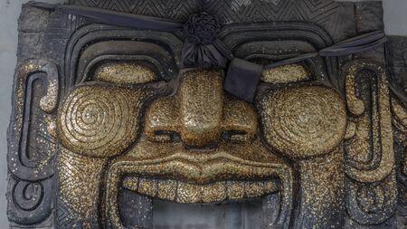 encendedores: la adoración de ídolos negro en el templo tailandés sea respetuoso de muchas personas. Foto de archivo