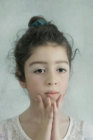 yeux tristes: Petite fille avec des yeux tristes