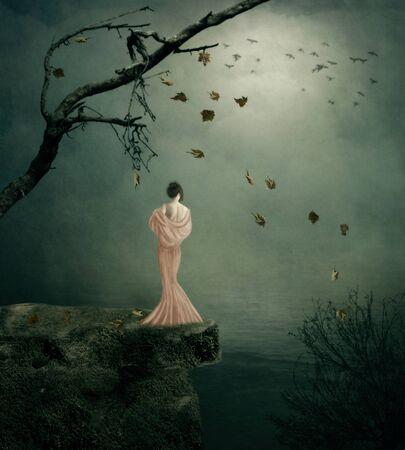 soledad: Chica joven se coloca en el acantilado sobre el mar, la soledad