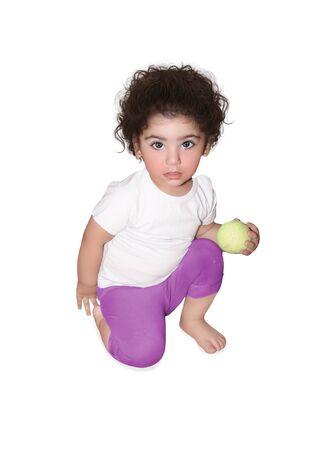 turnanzug: Kleines Mädchen mit einem Tennisball in einem rosa Trikotanzug