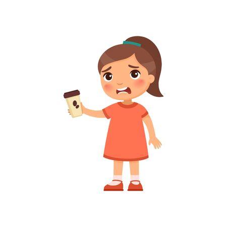 Petite fille avec illustration vectorielle plate de café à emporter. Enfant mignon avec personnage de dessin animé de boisson chaude. Enfant malheureux tenant une tasse de papier avec une boisson énergisante amère isolée sur fond blanc Vecteurs