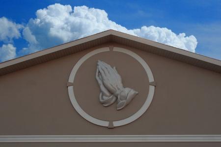 agradecimiento: manos de oración contra el cielo azul Foto de archivo
