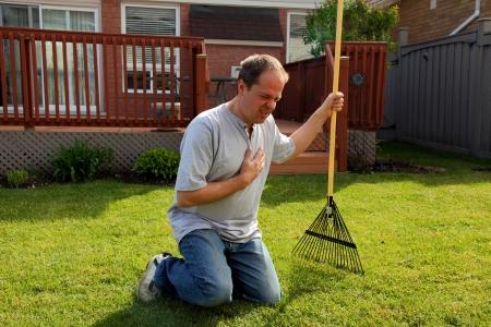 hartaanval: man met een hartaanval pijn op de borst terwijl het doen werken in de tuin
