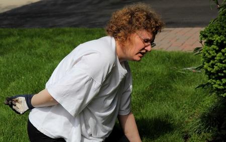 rijpe vrouw rugpijn tijdens het tuinieren Stockfoto