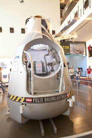 caida libre: WASHINGTON DC - 24 de mayo 2014: La c�psula Red Bull Stratos que Felix Baumgartner salt� desde en el mundo - record de ca�da libre m�s larga. La c�psula tiene una c�scara exterior compuesta de fibra de vidrio aislantes.
