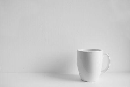 tasse blanche photoréaliste sur fond blanc