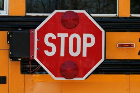 """flashers: una imagen de un autob�s escolar se�al de """"pare"""""""