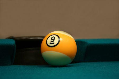 Une image d'une Neuf Ball à côte de poche