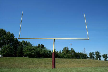 playing football: Un poste de la porter�a de f�tbol contra un cielo azul Foto de archivo