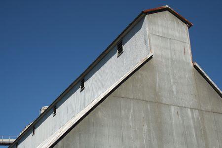 Een Peanut Processing Plant tegen een blauwe hemel
