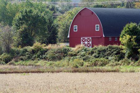 A Red Barn near a open field Imagens