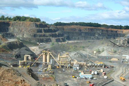 機器とトラックに岩の採石場