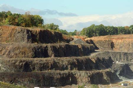 山の側を掘った屏風岩採石場