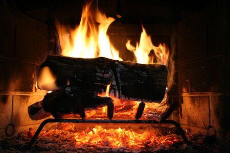 ログの暖炉で燃えています。