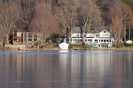 frozen lake: Enkele huizen op een bevroren meer