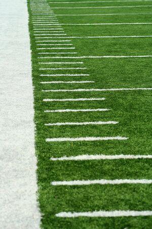 terrain foot: White Yard marqueurs de football sur gazon astro
