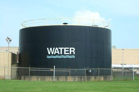 dep�sito agua: Tanque de agua contra el cielo azul