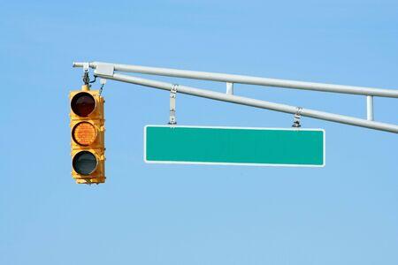 traffic signal: Feux de signalisation jaune avec lumi�re signe sur ciel bleu