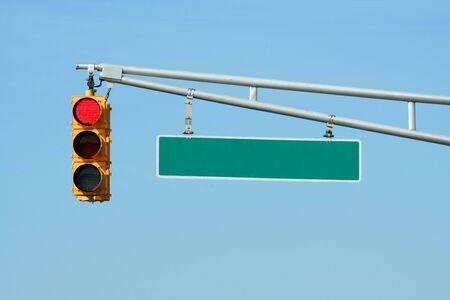traffic signal: Red s�maphore avec le signe sur le ciel bleu