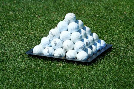 実際にゴルフボールのピラミッド 写真素材
