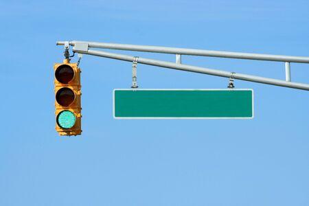 traffic signal: Feu vert de la lumi�re avec signe sur ciel bleu Banque d'images