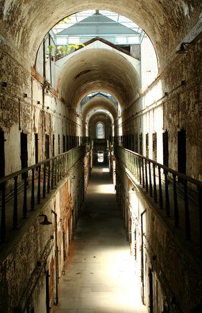 古い歴史的な刑務所の独房棟 写真素材