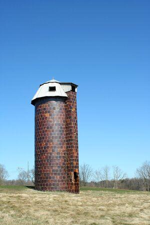 A old silo against blue sky 版權商用圖片