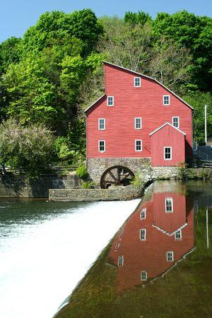 grist: Un vecchio mulino grist su un fiume Archivio Fotografico
