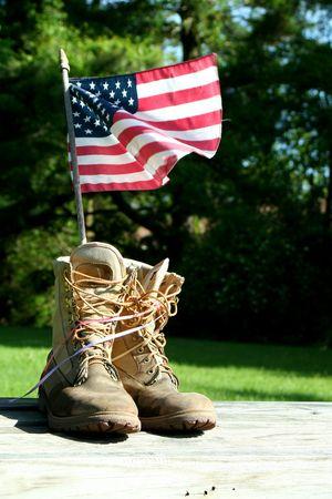 Un símbolo patriótico de botas y bandera  Foto de archivo