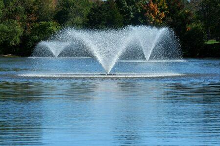 Drie fonteinen op een vijver  Stockfoto