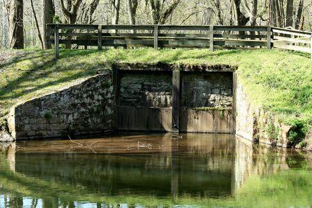 古い運河の洪水吐きのイメージ