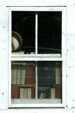 書籍イメージと古い窓