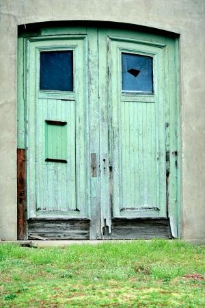 古い木製のドアのイメージ
