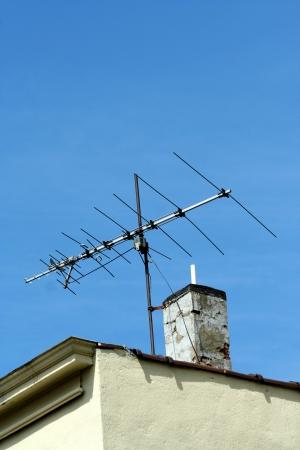 建物の屋根にテレビ アンテナ
