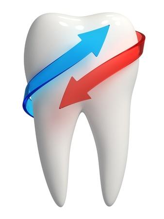 higiene bucal: 3d rindió la foto-realista del diente blanco con azul y rojo semi-transparente flechas - icono aislado en fondo blanco
