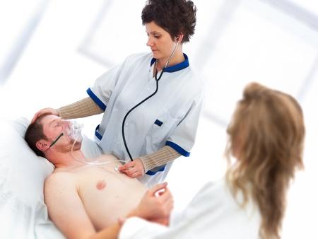zuurstof: Jongeman wordt gecontroleerd door een arts voor de vitale functies