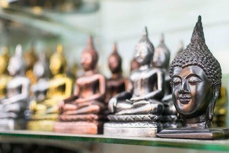 cabeza de buda: Buda, la cabeza de metal fundido como recuerdos. Foto de archivo
