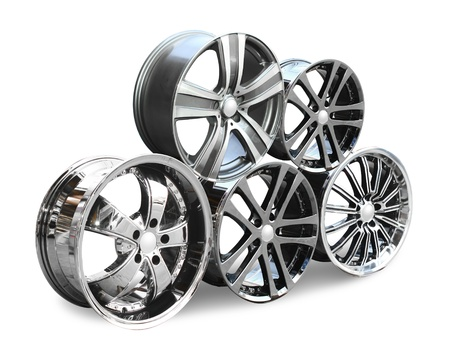 aluminum wheels: de acero de aleaci�n de discos de coches sobre el fondo blanco Foto de archivo