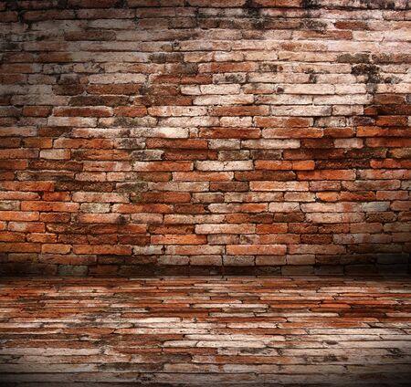pared rota: Viejo interior con pared de ladrillo