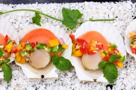 petoncle: p�toncles po�l�s avec de la salsa tropicale, Macro gros plan pour le travail de conception Banque d'images