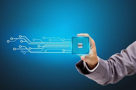 silicio: Sostiene en una mano un microchip