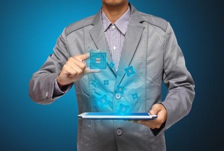 �cran tactile: main appuyant sur une interface Microchip �cran tactile, l'ordinateur