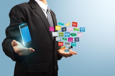 network marketing: icono de la aplicaci�n de colores con el tel�fono m�vil en las manos de hombres de negocios, software de negocios y los medios de comunicaci�n social, concepto de servicio de red Foto de archivo